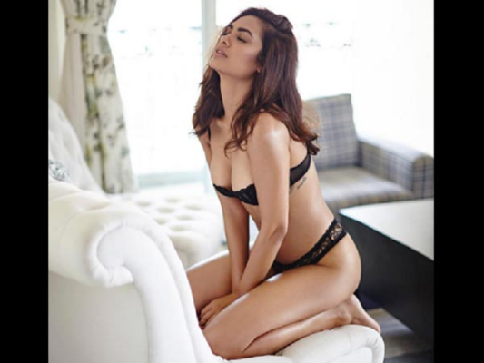 Esha Gupta is seen in a very hot style in pictures - News Crab ...