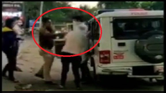 પોલીસે મહિલાને જાહેરમાં માર્યા લાફા, ઘટના કેમેરામાં થઇ કેદ