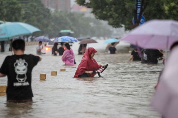 ચીનના હેનાનમાં ૨૪ કલાકમાં ૧૮ ઈંચ વરસાદથી જળબંબાકાર, ૨૫નાં મોત