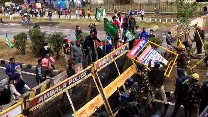 દિલ્હી આવી રહેલા ખેડૂતો પર હરિયાણા પોલીસે વોટર કેનન, ટિયર ગૅસનો ઉપયોગ કર્યો
