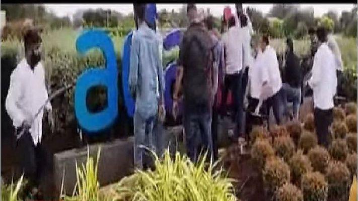 Mumbai : શિવસેનાના કાર્યકરોએ અદાણી સાઇનબોર્ડમાં તોડફોડ કરી