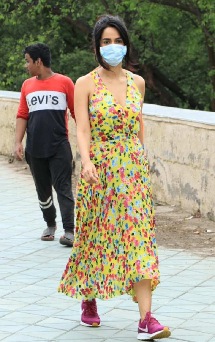 mallika-sherawat-came-out-on-the-streets-wearing-a-floral-dress